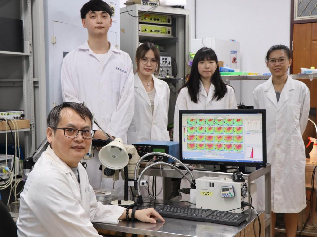 台灣師範大學生命科學專業學院特聘教授鄭劍廷(前左 )研究團隊,發現從綠茶萃取的多酚兒茶素群,能抑制 冠狀病毒複製。(台灣師範大學提供)