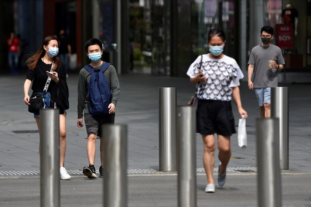 在新加坡街頭,民眾都必須戴上口罩。(圖/路透社)