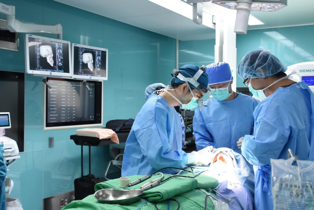 蘇竣揚醫師(左)表示,手術團隊、麻醉科團隊,以及3D醫療列印的工程師,打造一個最完整的醫療服務。 (彰基提供)