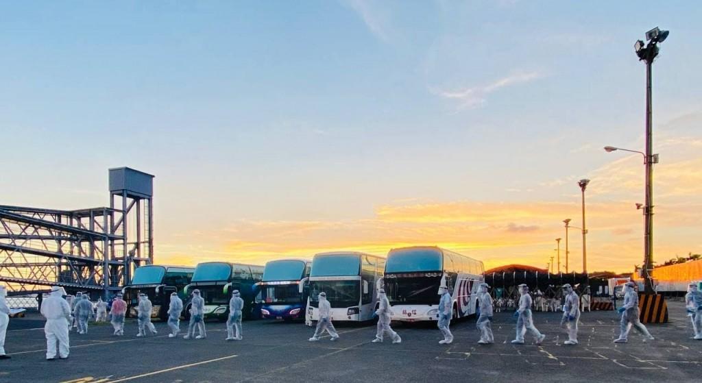 台灣外交部在8月20日以專案方式協助105名滯留在周邊海域船舶上的印尼籍船員搭乘專機返國,落實保障國際人權的理念(照片:外交部提供)