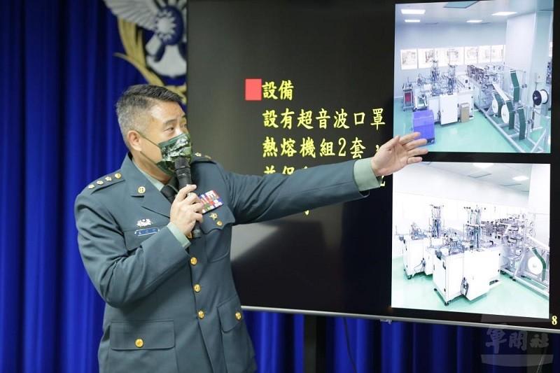 示意照為國防部軍備局第209廠廠長王文宏上校, 17日說明國軍醫療用口罩產製現況。(圖/軍聞社)