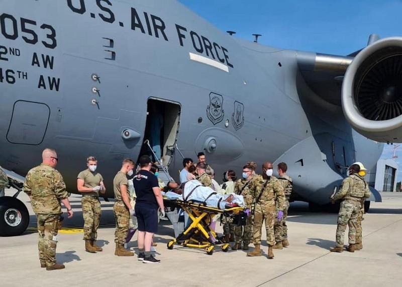 美軍協助甫在機上產子的阿富汗女子(圖/美國空軍機動司令部推特)