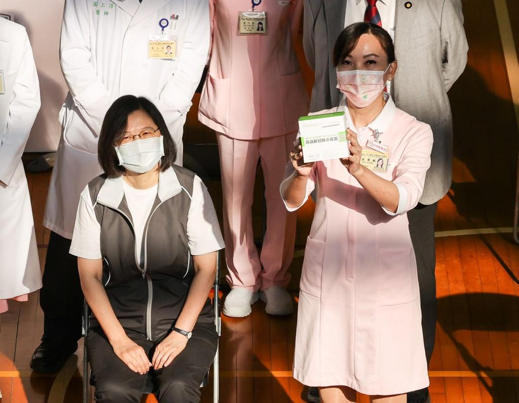 更新【台灣國產高端疫苗開打】蔡總統23日一早完成接種 秀黃卡比讚:這針蠻輕鬆•沒什麼感覺
