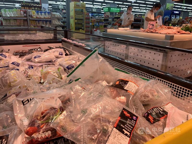指揮中心將持續在邊境採樣檢驗進口冷凍肉品、水產品及水果之內、外包裝。(示意圖/中央社)