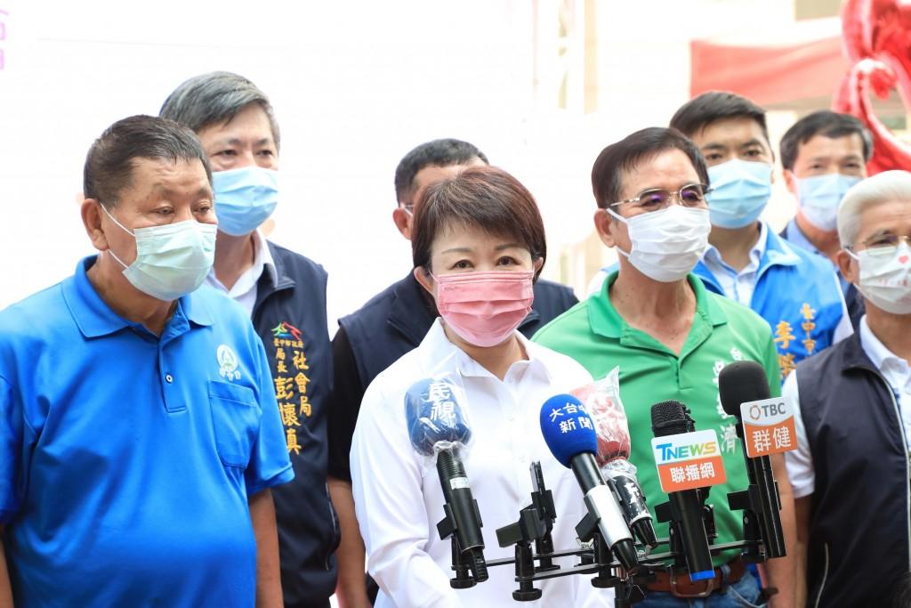 中央宣布24日起同住家人外出到餐廳用餐可共鍋、 免隔板;台中市長盧秀燕(前左2)對此表示, 台中市目前不能共鍋共食。