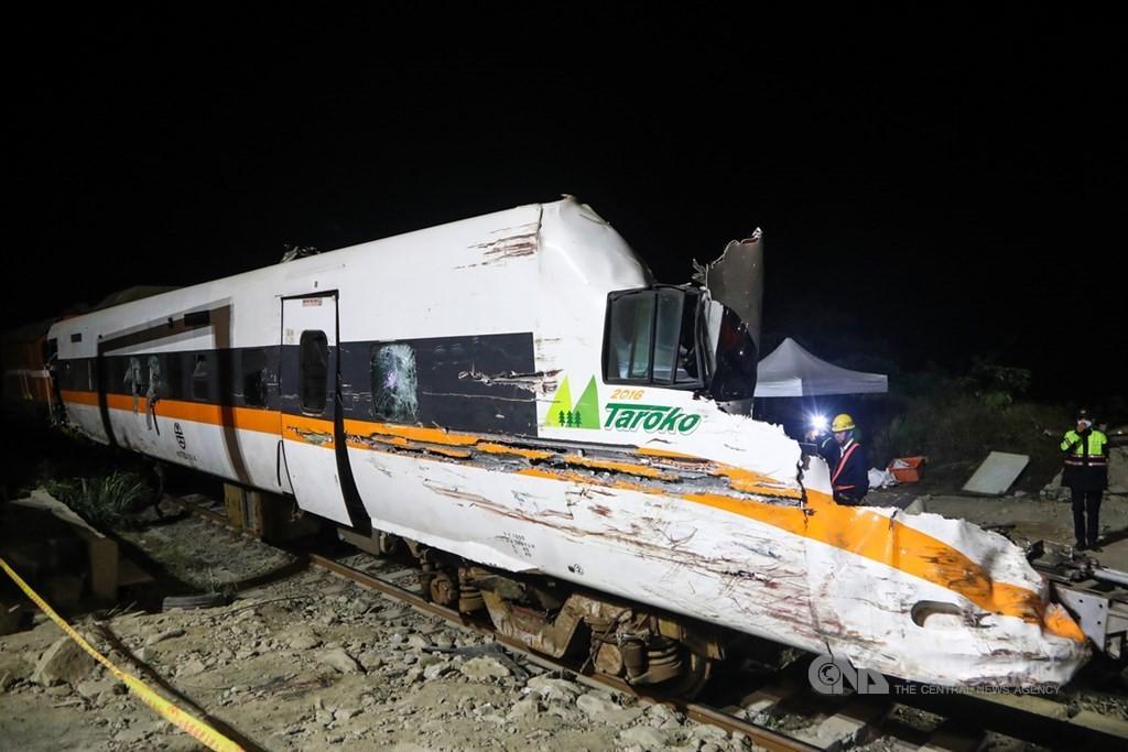 運安會23日公布台鐵408次太魯閣號事故事實資料報告,從罹難旅客分布情形來看,約2/3是站票。(圖/中央社)