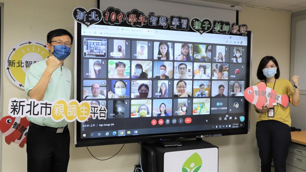 張明文局長(左)期許每位學生都能透過智慧學習工具提升學習效率(右為教資科長吳佳珊)。(照片由新北市教育局提供)