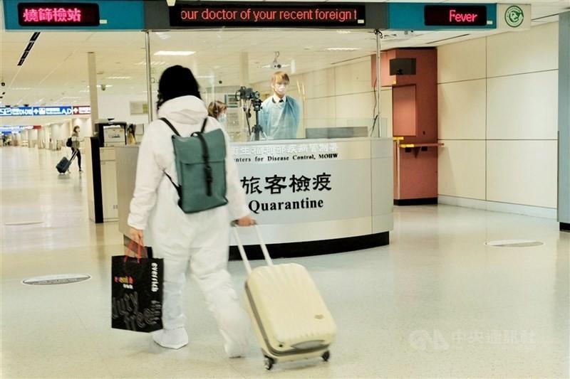 中央疫情指揮中心表示,將重啟境外生入境,學生入境後需進行居家檢疫14天,再進行7天自主健康管理才可以入校。(圖/中央社)
