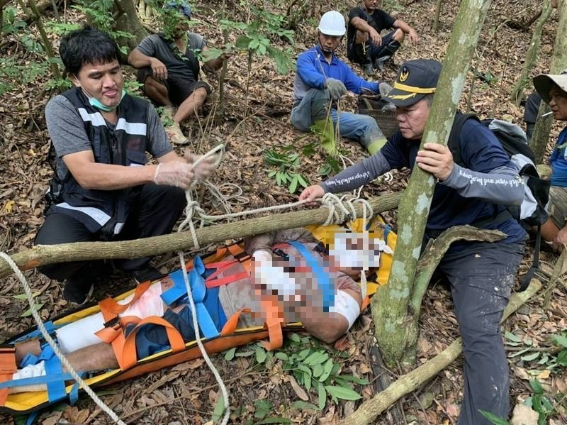 Rescuers placing Yen in improvised stretcher.(PingtungBureau of Fire and Emergency Services photo)