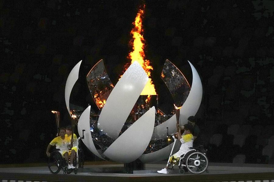 24日晚間帕奧開幕式上的聖火點燃儀式(美聯社)