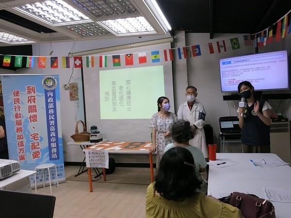 移民署嘉義市服務站陳虹如講解外來人口停居留相關規定。(圖/移民署)