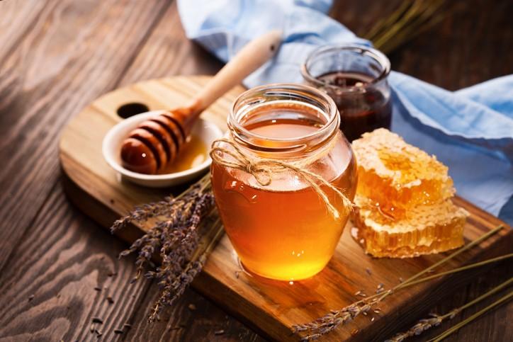 衛福部日前預告訂定「包裝蜂蜜及其糖漿類產品標示規定草案」,未來除非是100%純蜂蜜產品才能標示為「蜂蜜(蜜)」。(示意圖/Getty Im...