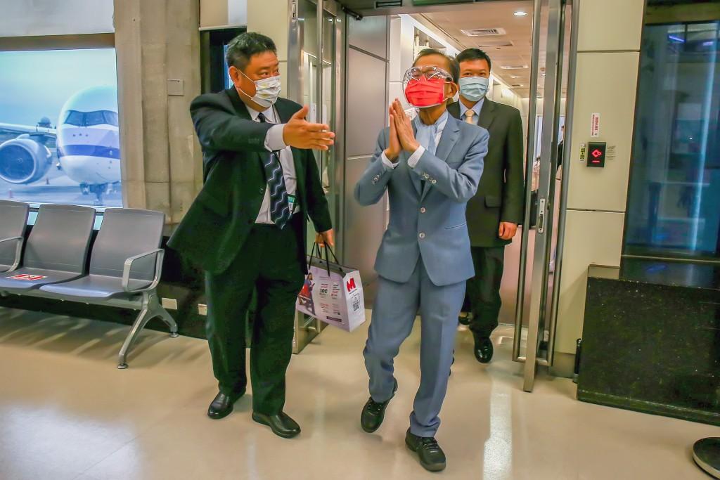 駐泰國代表李應元(前右)因身體不適與家人商議後,向總統蔡英文提出辭職,他26日晚間抵達桃園國際機場。