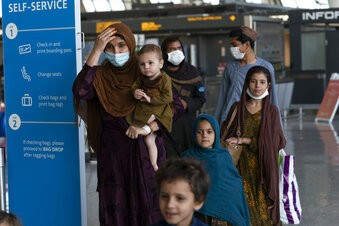 US forces keep up Kabul airlift under threat of more attacks