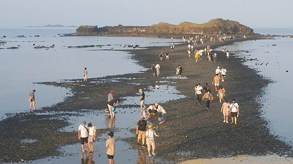 """""""Moses parting the sea"""" path in Huxi Township, Penghu County"""