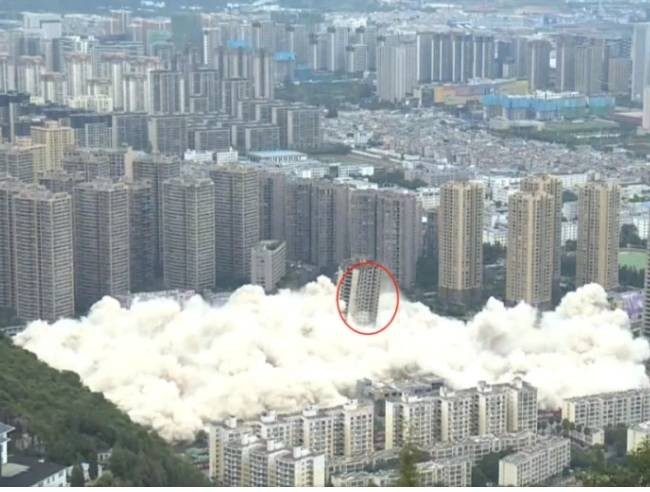 15 high-rises in Kunming pulverized by explosions. (Weibo screenshot)