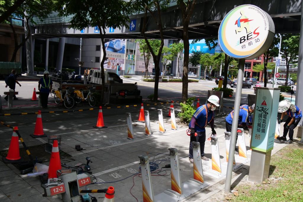 微笑單車公司30日在新北市政府(新府路) YouBike站安裝2.0第一個柱位。(新北市政府交通局提供)