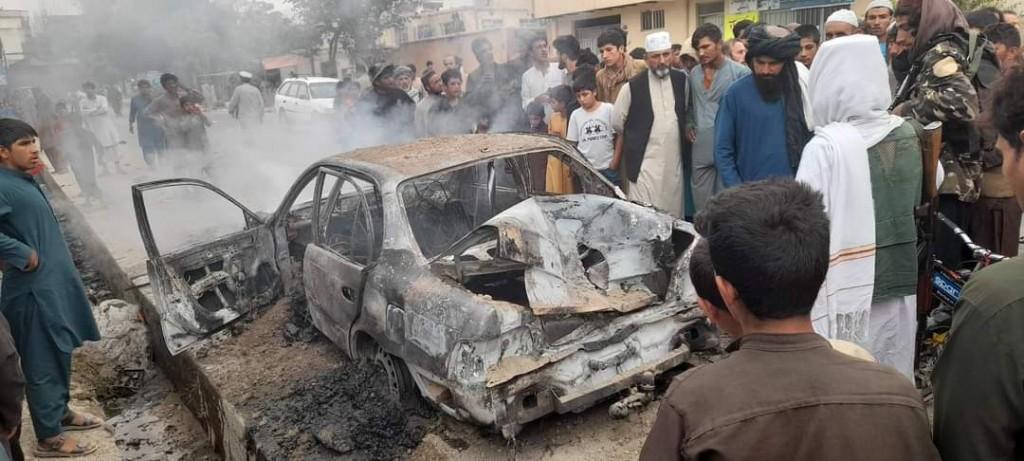 阿富汗首都喀布爾30日清晨5枚導彈意圖攻擊機場的火箭彈被反導彈系統在空中攔截,碎片落下造成車輛毀損。(圖/推特@BaisHayat) &n...