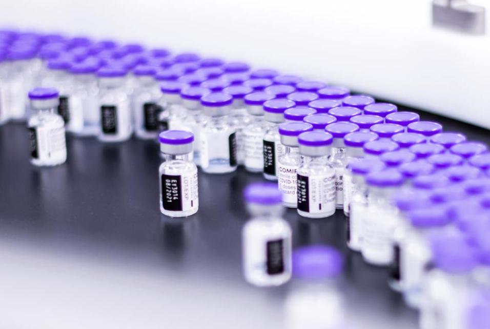 台灣首批BNT疫苗開放預約僅三天,已有近330萬人登記意願。(圖/Associated Press)