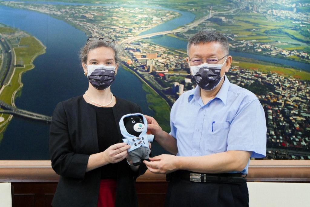 AIT Director Sandra Oudkirk (left) and Taipei City Mayor Ko Wen-je. (Taipei City Government photo)
