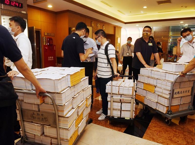 立法院9月將開議,國防部官員幕僚及工作人員,8月31日上午將大批111年度預算書送抵立法院。中央社