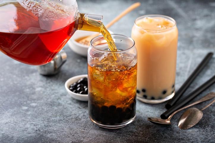 今年元旦起,連鎖飲料、便利商店及速食業的現場調製飲料須強制標示糖量及熱量。(示意圖/Getty Images)