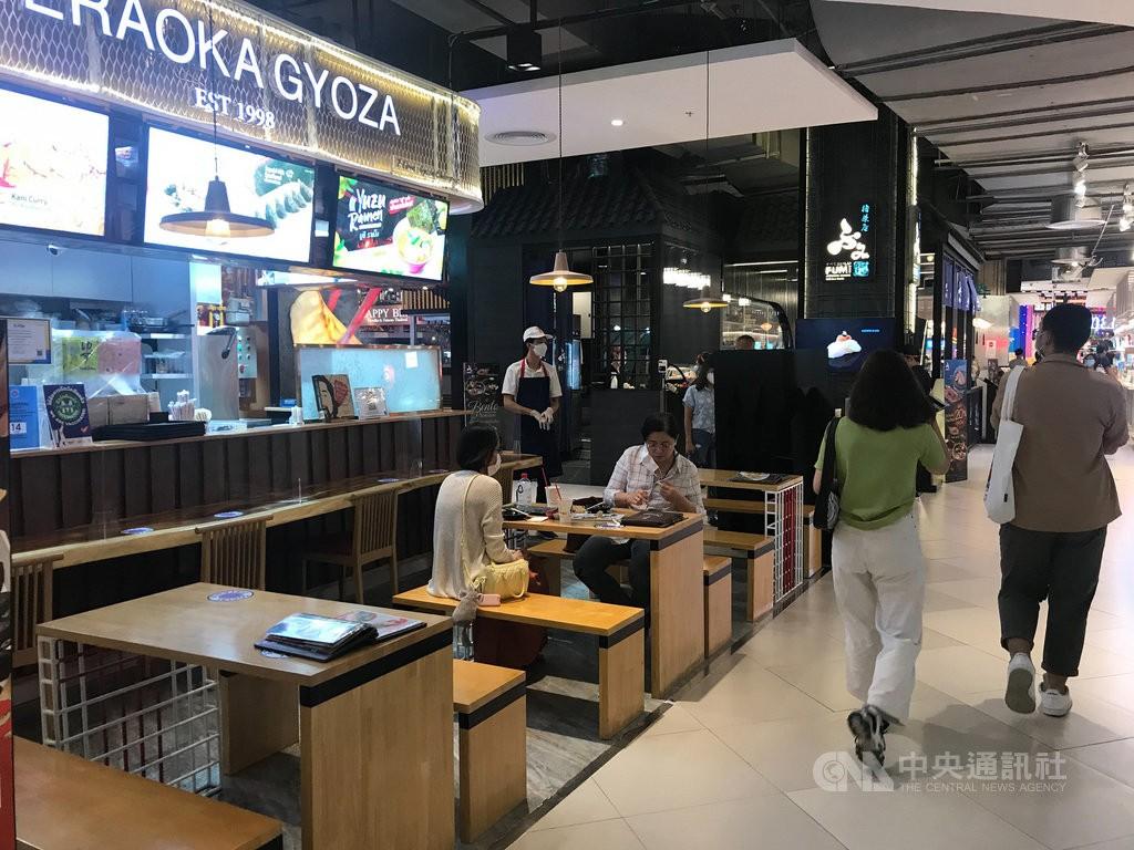 泰國1日開始放寬防疫限制,開放百貨公司和商場可以營業,餐廳可以內用。(圖/中央社)