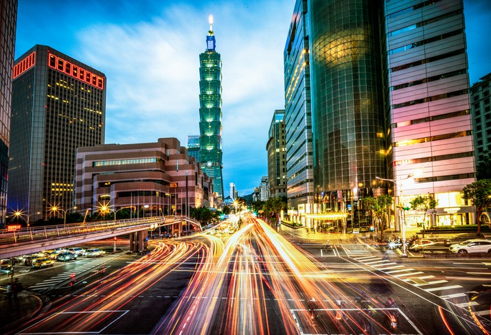 Motion blur on busy streets during rush hour at dusk in Taipei's city center. (gettyimages)