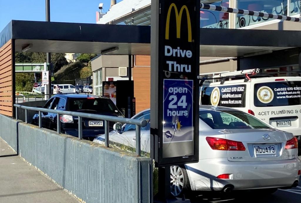 紐西蘭奧克蘭仍維持第四級警戒狀態,餐廳只能外帶。(圖/路透社)