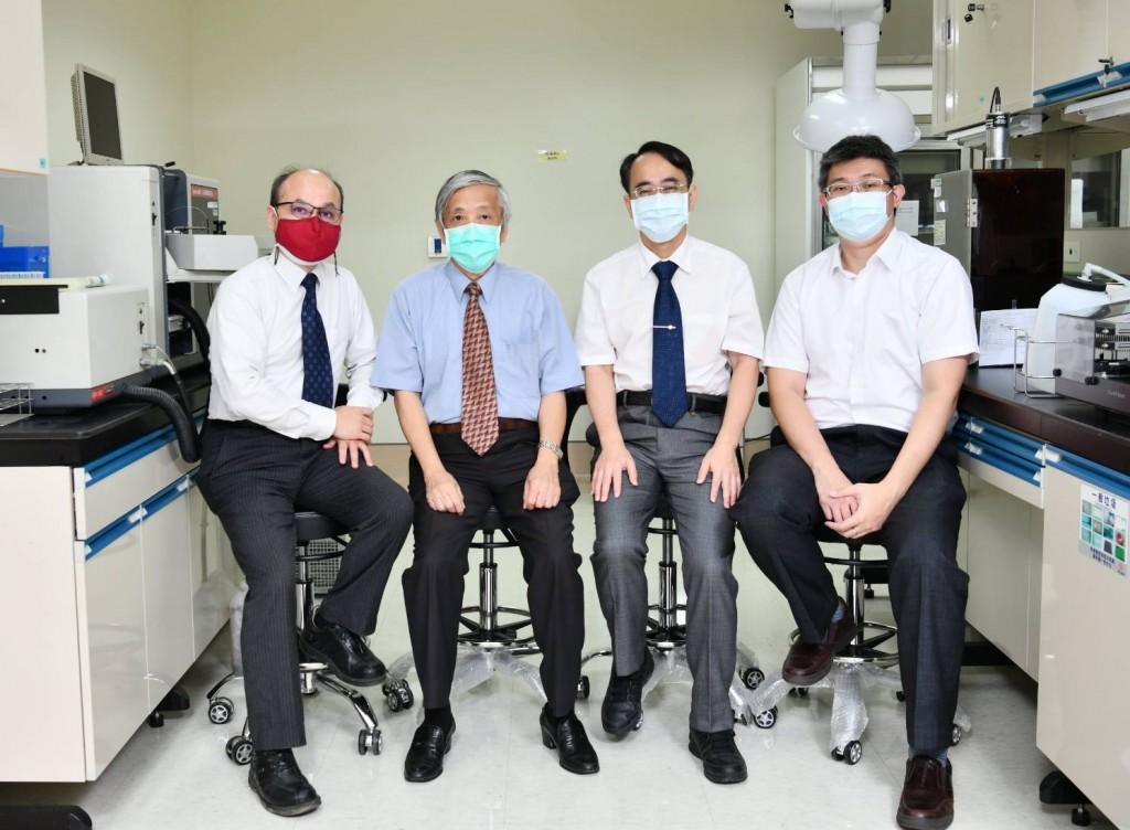 左一賴朝松院長、左二黃燦龍醫師、右二顏宗海醫師、右一楊家銘所長。(照片由長庚提供)