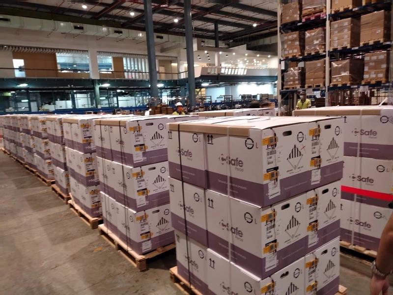 首批93.3萬劑BNT疫苗今(2)日早上自盧森堡空運抵台入庫,最快可於9月16日驗畢並核發封緘證明書。(食藥署提供)