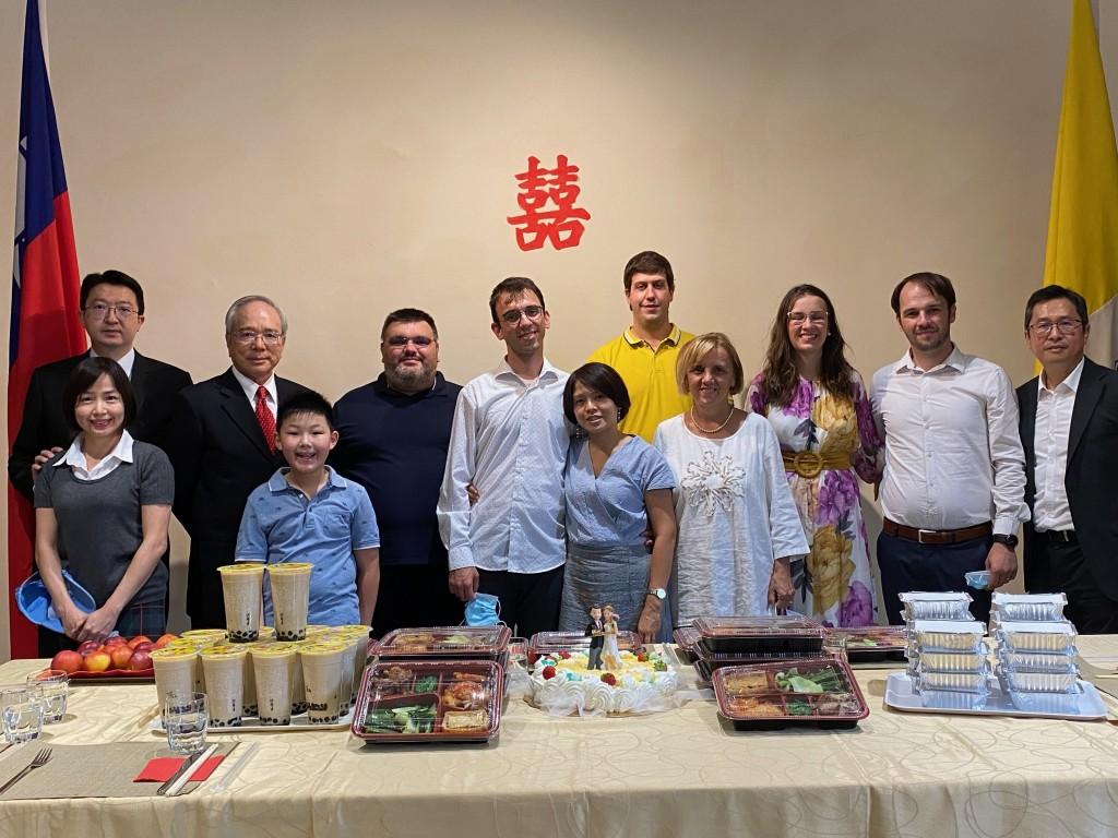 台灣新娘與克羅埃西亞新郎•在梵蒂岡完婚 駐教廷大使李世明率館員充當「娘家」代表