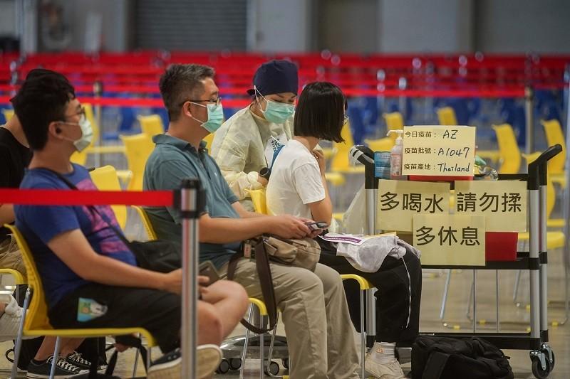 圖為新進專任教師、實習教師等, 8月30日前往台北市花博接種站施打疫苗情形。中央社