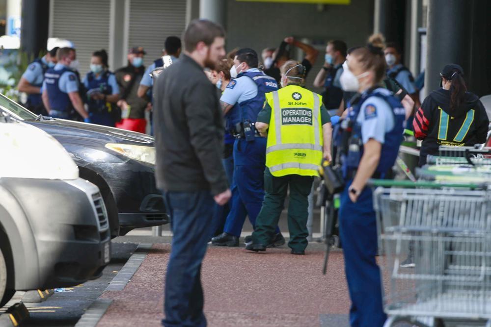 紐西蘭今(3)日驚傳一名被伊斯蘭國(ISIS)鼓動的「狂暴極端分子」持刀闖入奧克蘭(Auckland)一間超市行兇,被跟監警方60秒擊斃。...