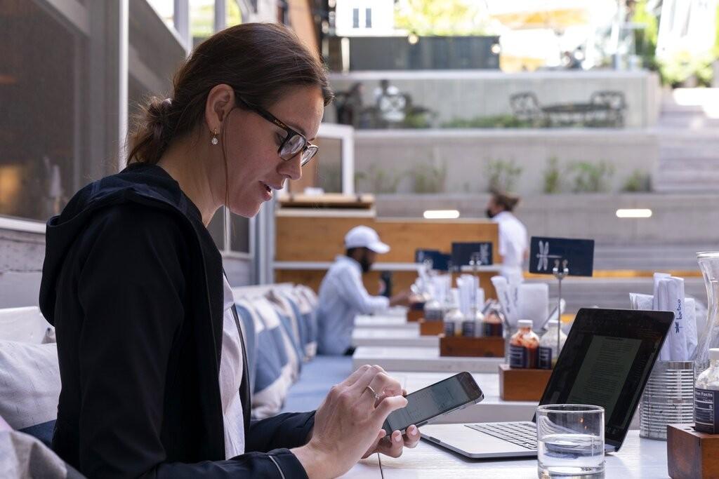 顧客在維吉尼亞州阿靈頓郡Bartaco餐廳用手機點餐(圖/AP)