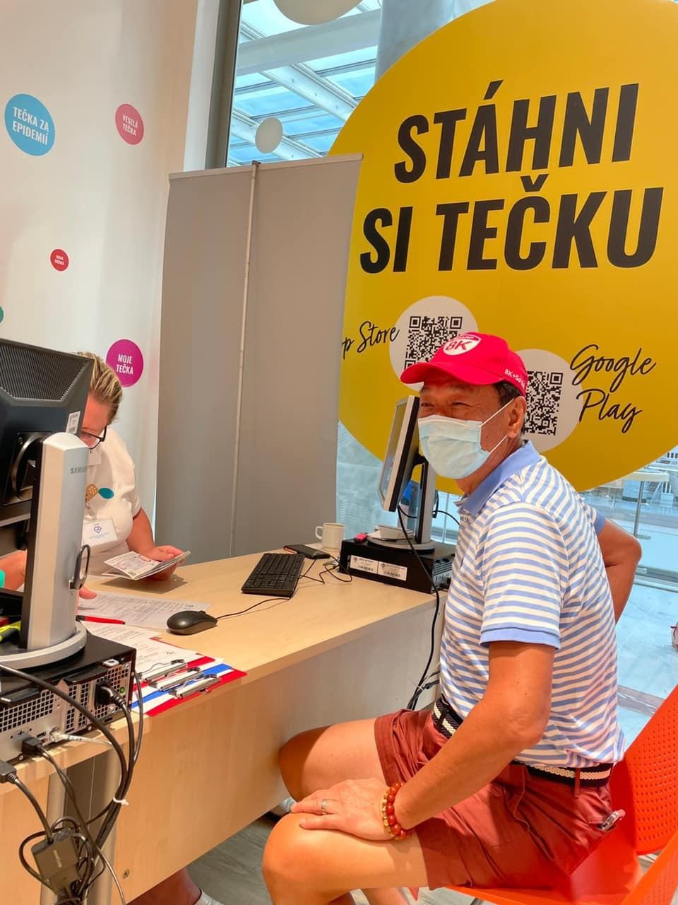 郭台銘及他的家人8月前往歐洲,並在捷克布拉格施打COVID-19疫苗(圖, 取自臉書) ,取得歐盟證明繼續在歐洲的行程,主要目...