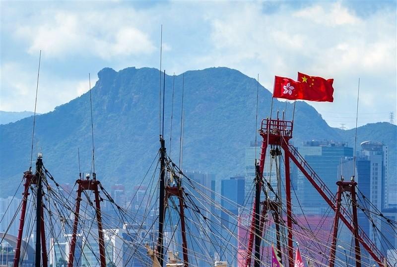 香港區議員10日起陸續宣誓遵守基本法及效忠特別行政區,至今已有260名泛民主派區議員請辭。(中新社)