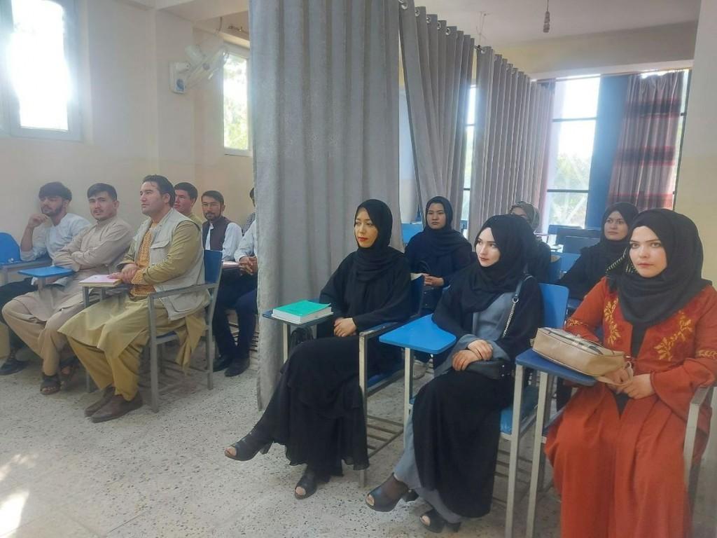 塔利班掌控阿富汗地區後,位於首都喀布爾的阿維琴納大學(Avicenna University)中,男、女學生必須分開坐。(圖/路透社)