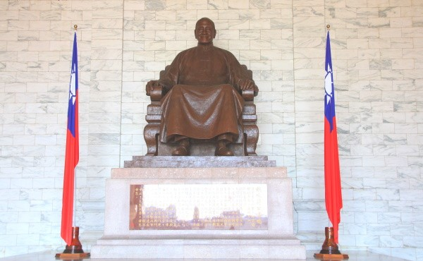 Bronze statue of Chiang Kai-shek inside CKS Memorial Hall.