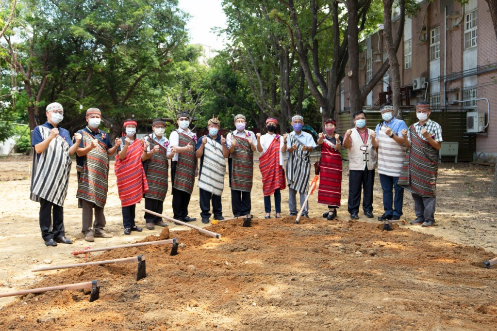 Attendees put on traditional Indigenous clothing at the NTHU Center for Indigenous Science Development groundbreaking ceremony. (NTHU photo)