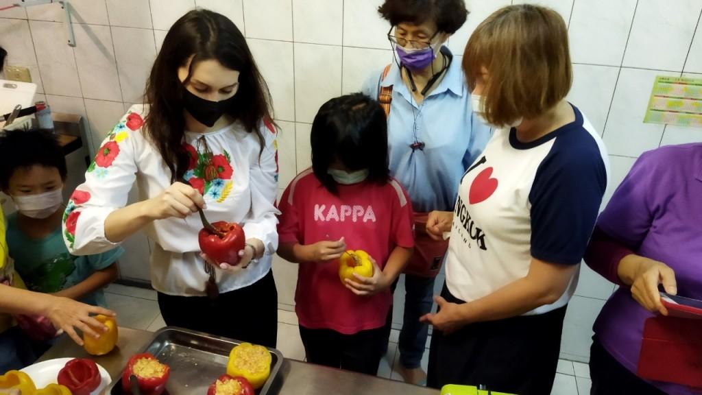 從烏克蘭來的歐娜,示範家鄉料理「甜椒包飯」作法。(善牧基金會提供)