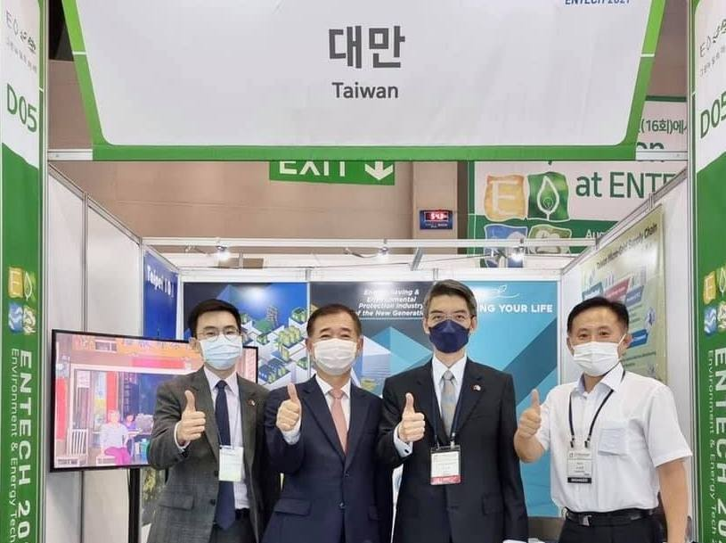 Officials from Taiwan's representative office in Busan in front of booth at Environment & Energy Tech. (Taiwan in Busan Facebook photo)