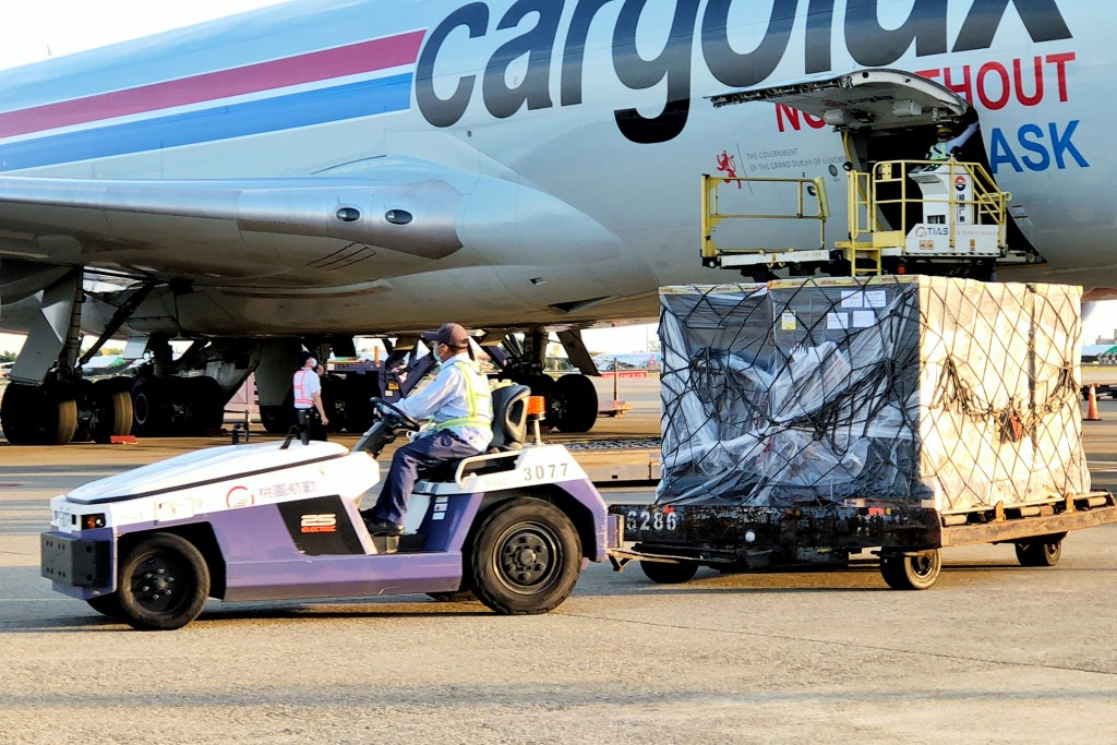 第2批約91萬劑BNT疫苗9日上午運抵桃園國際機場。