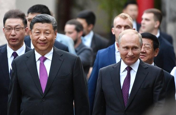 Chinese leader Xi Jinping (left) walks alongside Russian President Vladimir Putin. (Yonhap photo)