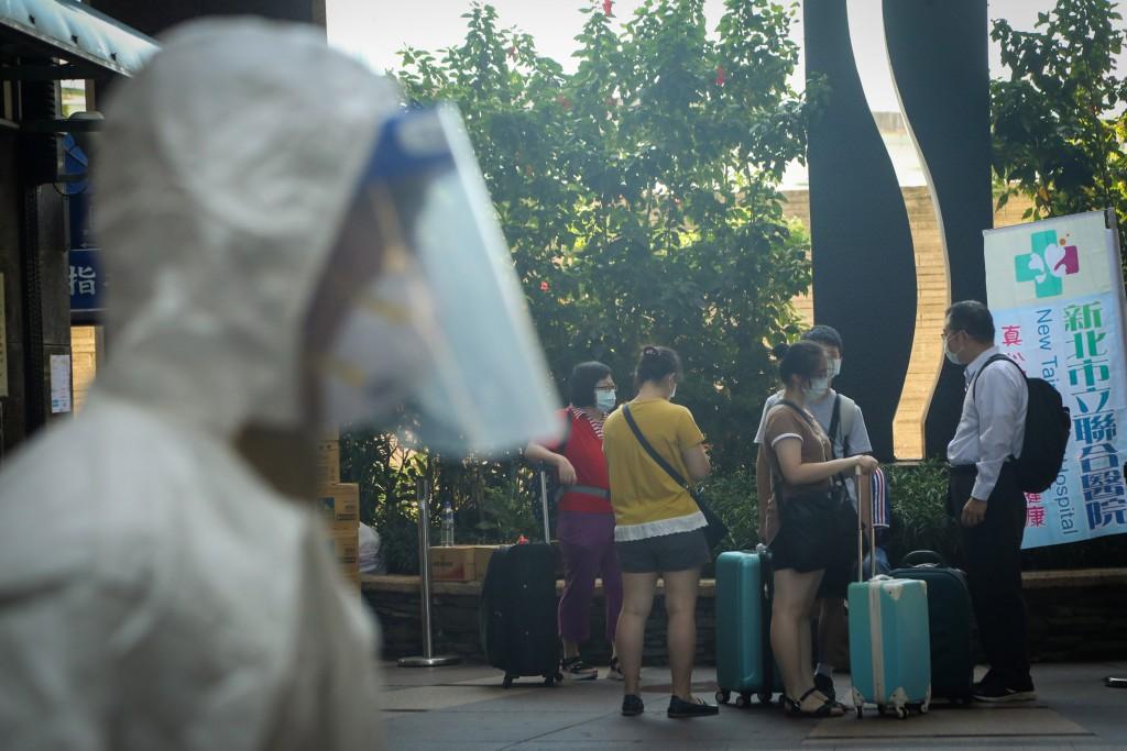 新北市爆發幼兒園群聚感染,市府8日在板橋某社區成立前進指揮 所採檢並清空大樓,將居民送往集中檢疫所隔離。