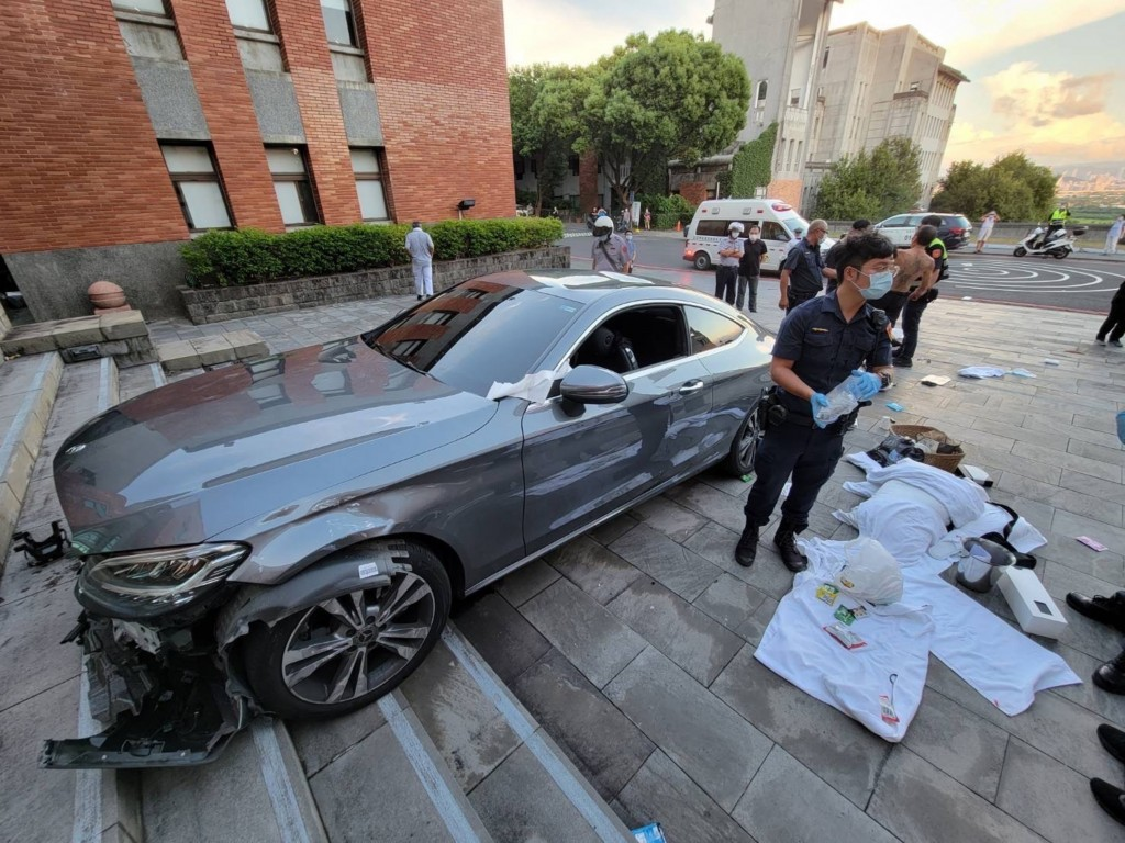 A dormitory supervisor has allegedly deliberately crashedhis car intoTaipei National University of the Arts.