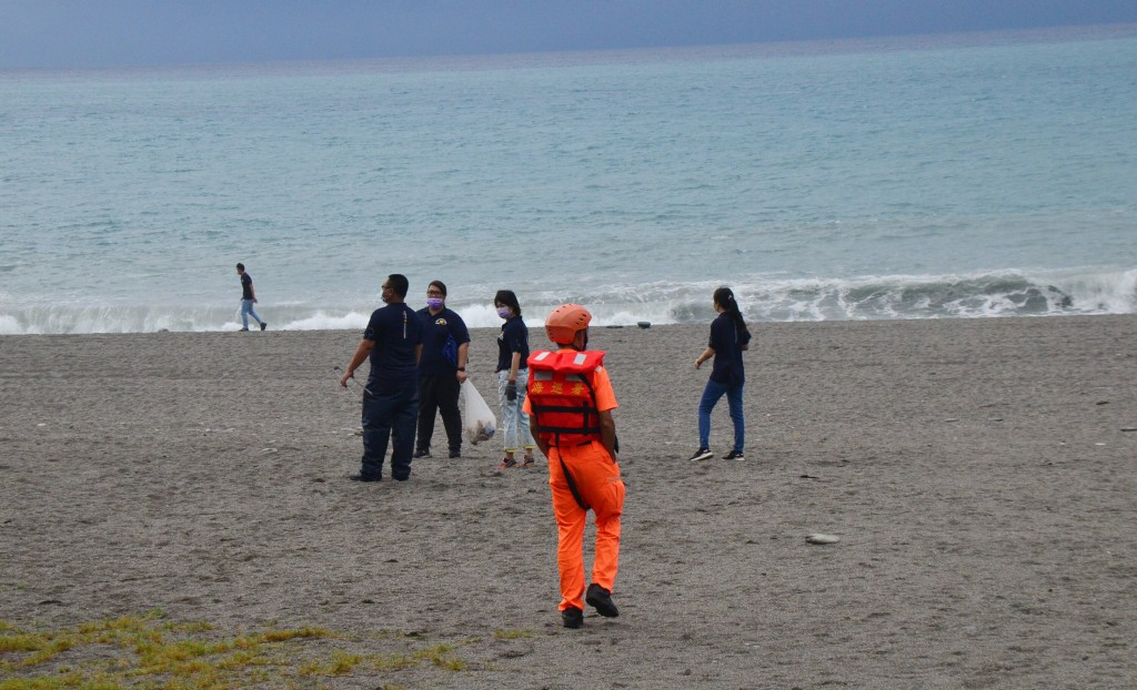 A beach cleanup in Taitung County ahead of Typhoon Chanthu has become the focus of an investigation.