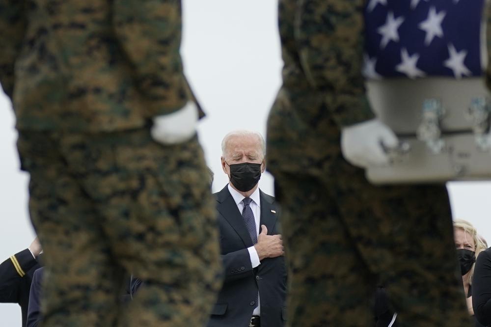美國總統拜登向阿富汗喀布爾機場恐攻中喪生的美軍致意。(圖/美聯社)