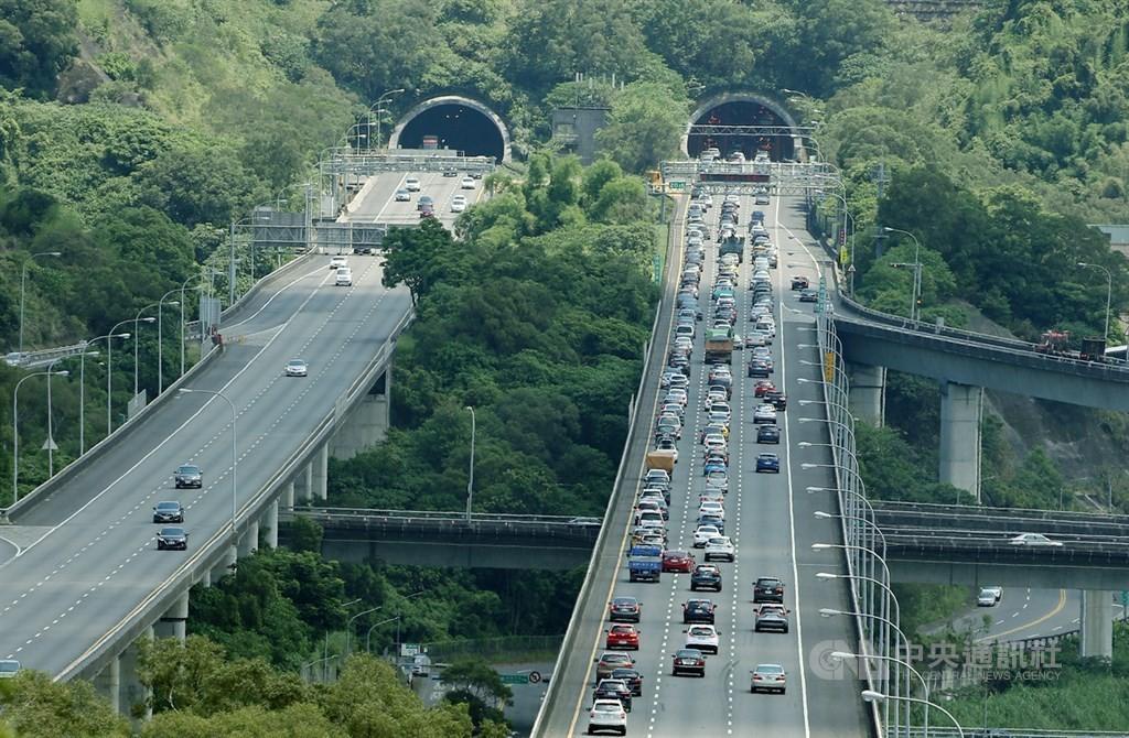 中颱璨樹侵台 國道5號頭城蘇澳段 中午起限速40公里禁行大型車