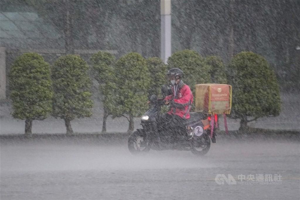 中颱燦樹將持續往北,預估下午2點到5點對北市影響最大,台北市今(12)日午後將禁止外送平台業者提供服務
